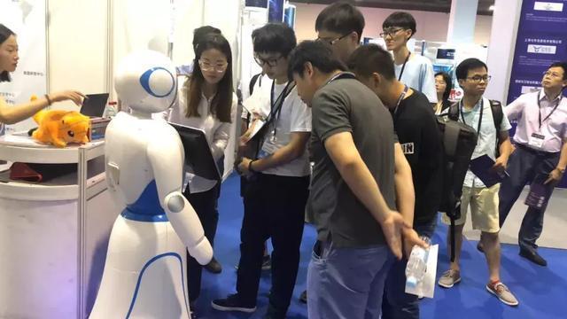 """上海国际人工智能展览会今日开幕,体验""""机器人+"""""""