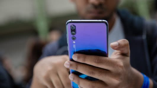 为重燃市场 智能手机巨头押宝可折叠屏幕和更多摄像头