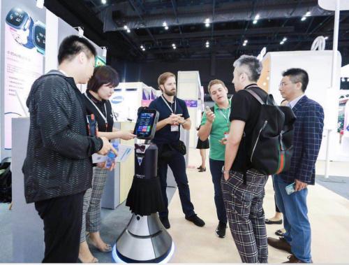 猎豹移动C端AI产品集体亮相香港电子展 智能服务机器人一同出席