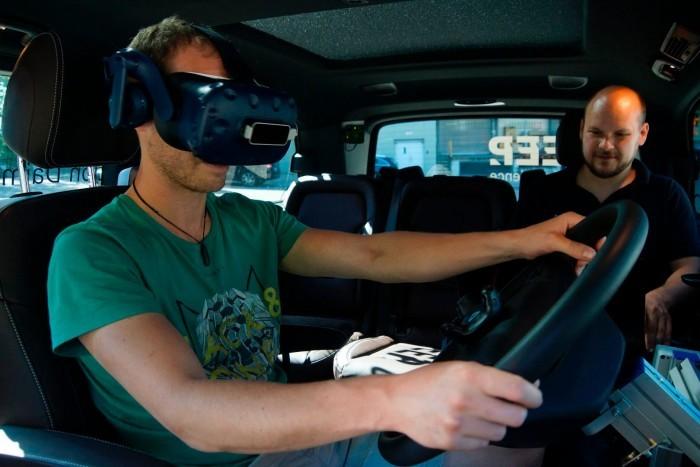 戴姆勒让卡车司机通过VR感受未来驾驶体验