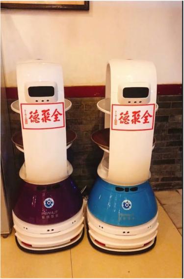 擎朗送餐机器人助力全聚德 开启用餐全新科技感体验