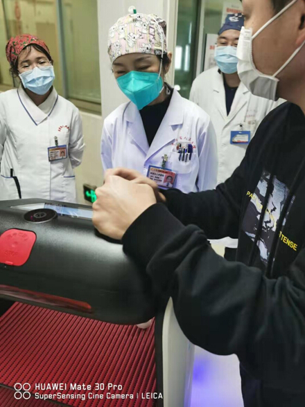 """擎朗送餐机器人在东莞市人民医院""""上岗"""" 科技助力抗击疫情"""