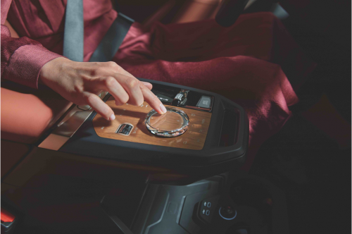 创新BMW iX亚洲首秀展示微信车载版、腾讯小场景体验